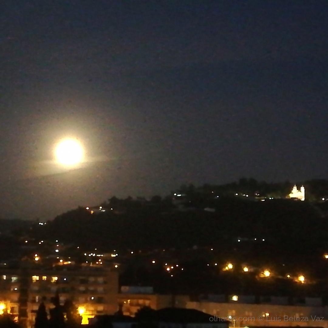 Gentes e Locais/Noite de super Lua em Braga