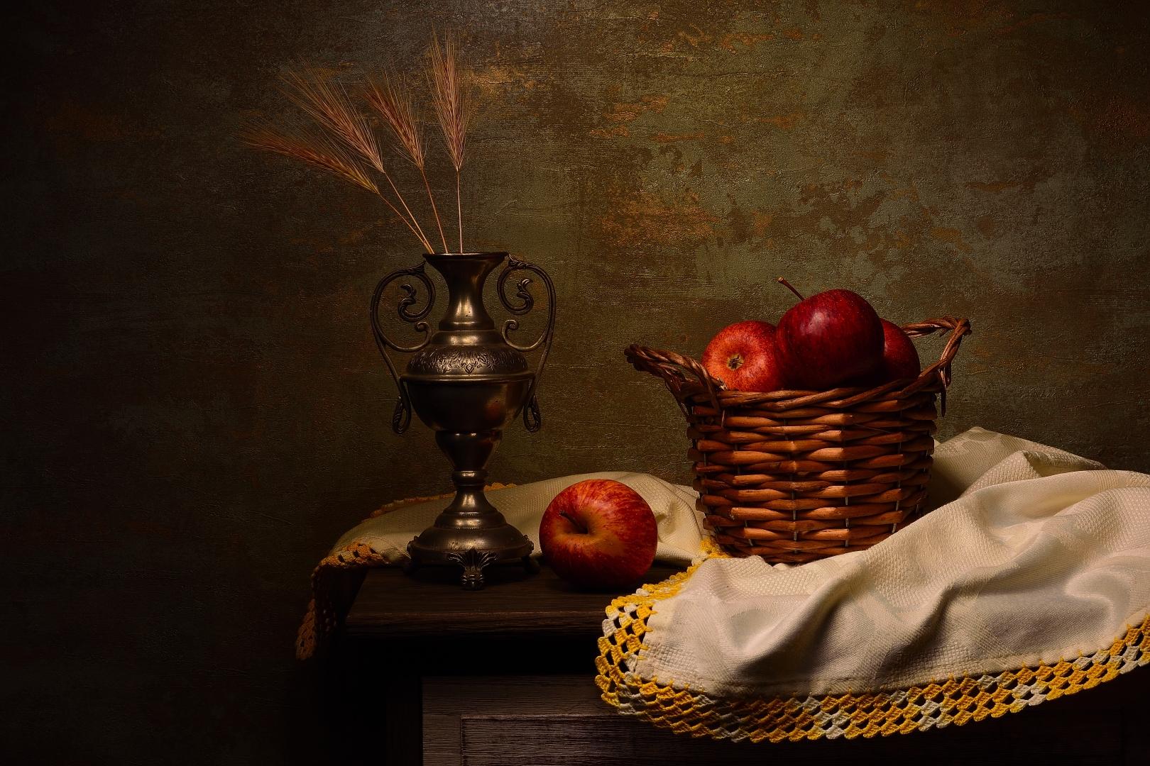 Outros/Um cesto de maçãs vermelhas