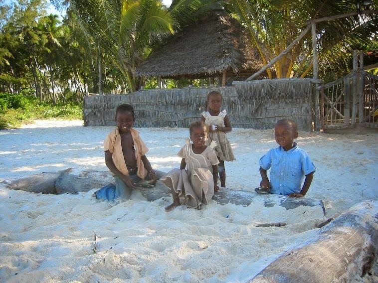 Gentes e Locais/crianças na areia branca/Zanzibar