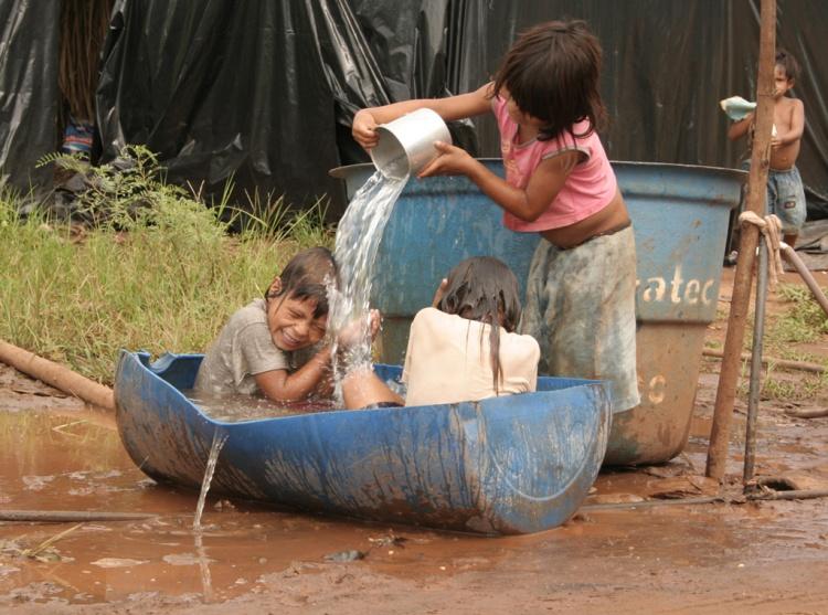 Fotojornalismo/Indios tomando banho nas margens da rodovia condiç