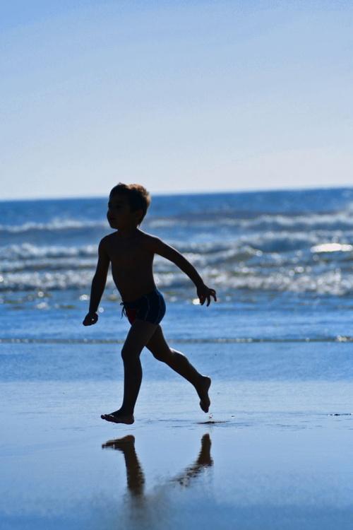 Outros/criança correndo
