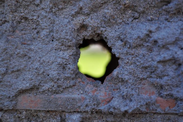 Resultado de imagem para muro com buracos