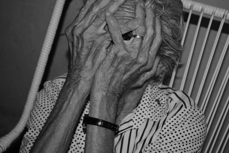 Retratos/Esclerose senil: um olhar de dentro da solidão..