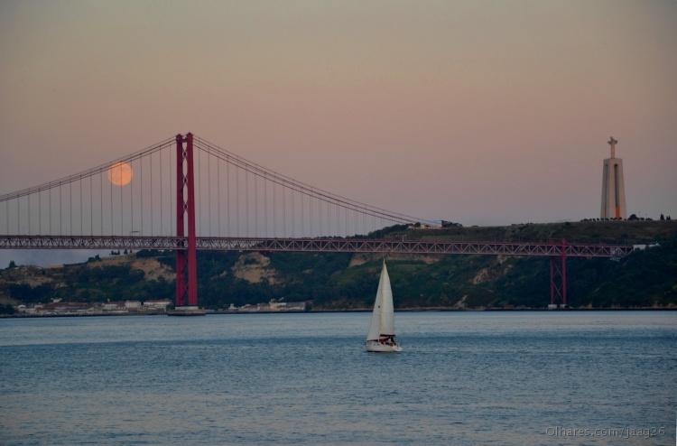 Paisagem Urbana/A ponte 25 Abril e o rio Tejo...