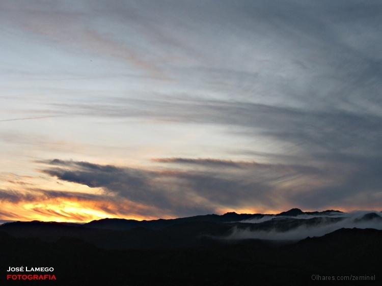 Paisagem Natural/Entre o sol e as montanhas uma imensa nebulosidade
