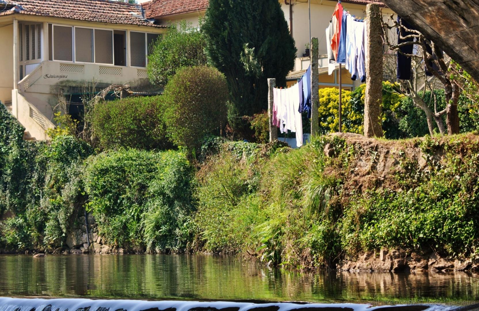 Gentes e Locais/Casa, comida e roupa lavada no rio...
