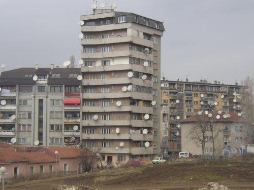 Paisagem Urbana/Kosovo de antenas no ar...