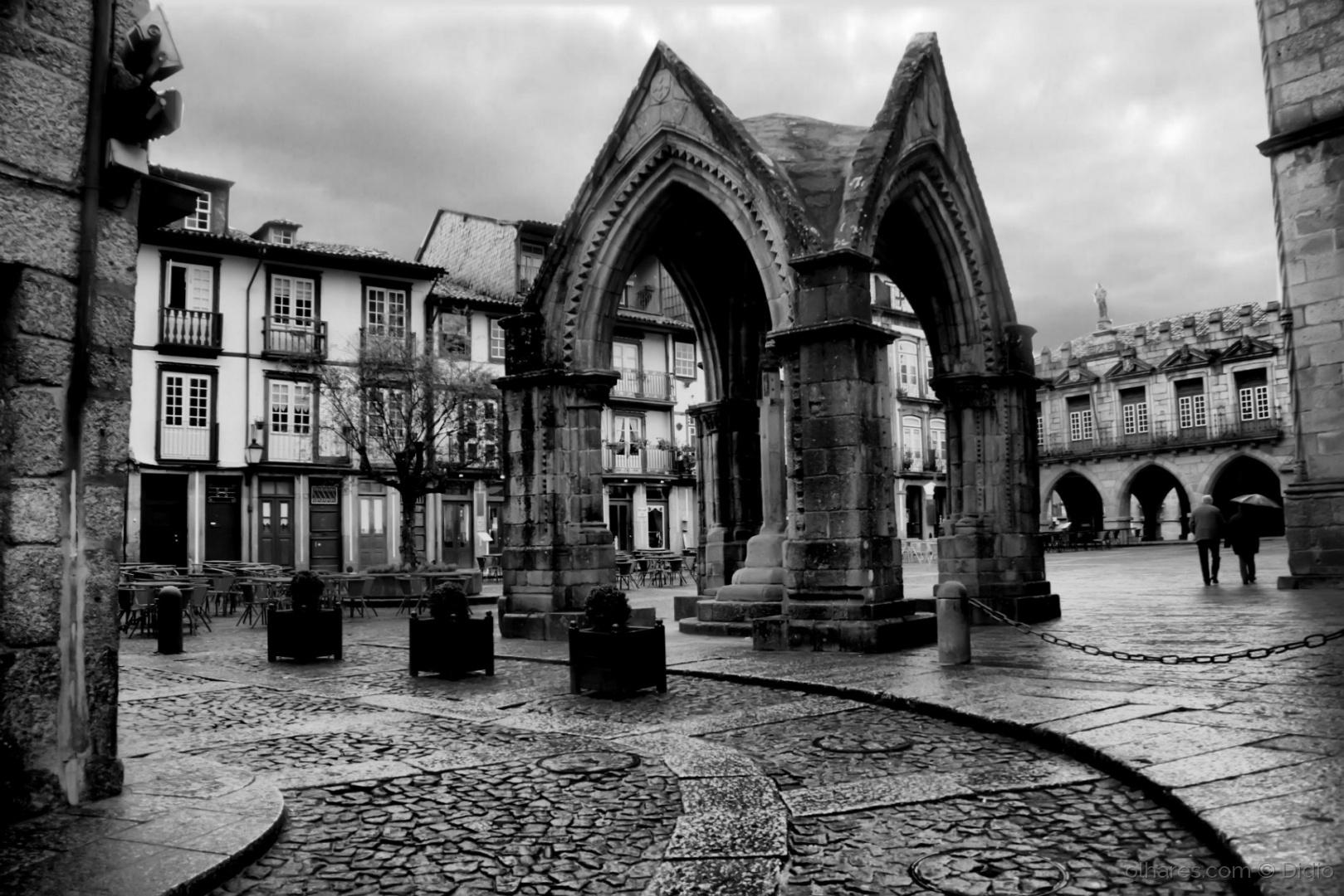 Paisagem Urbana/Chovia em Guimarães (descrição)