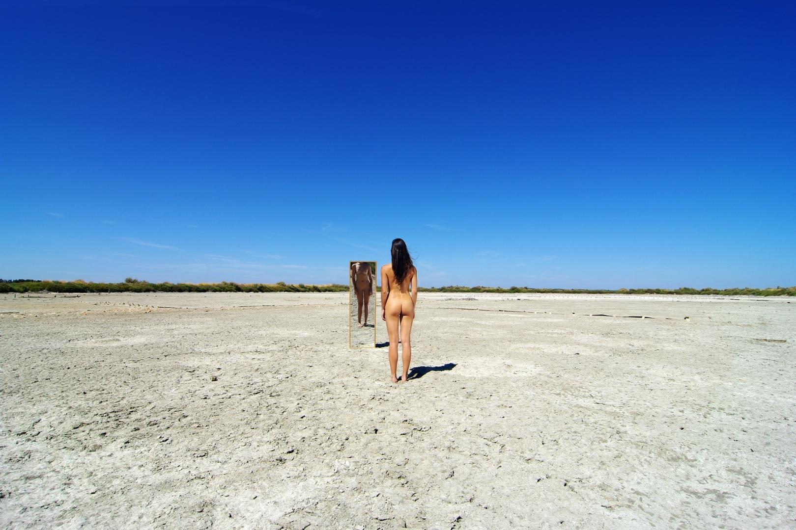 Nus/Nu ao espelho num deserto de sal