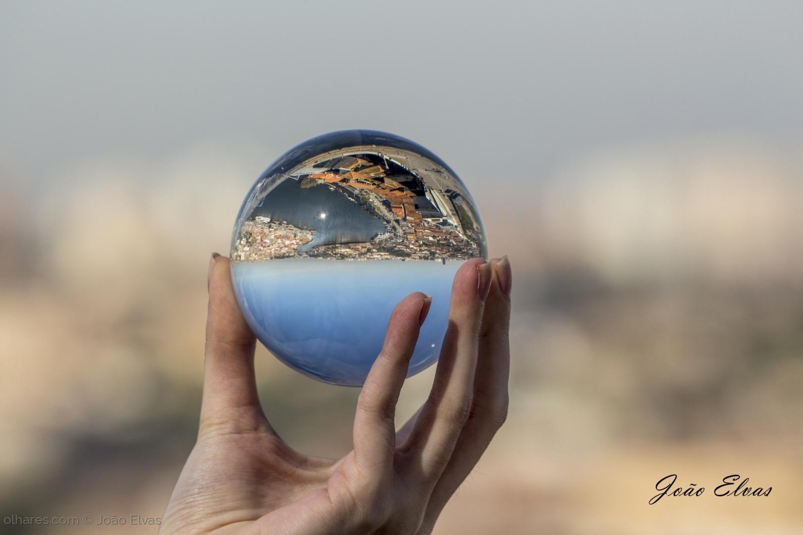 Abstrato/Ribeira refletida na bola cristal