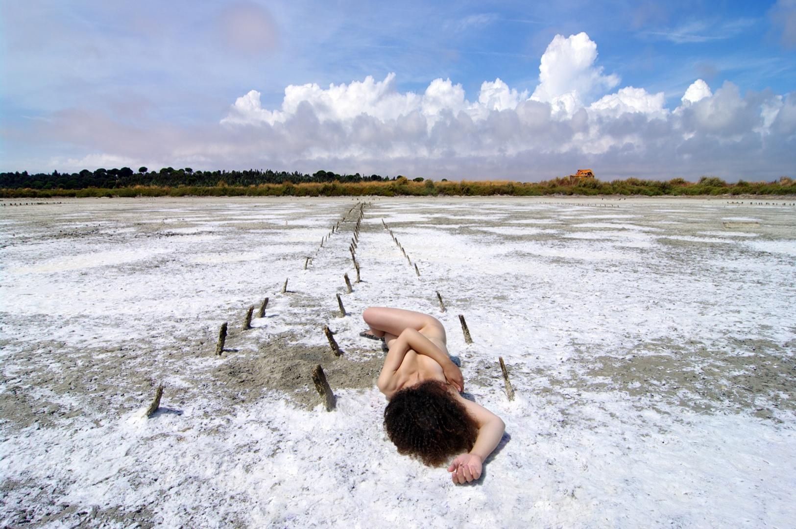Nus/entre a brancura do sal e das nuvens