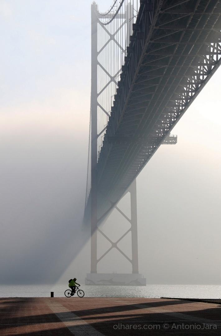Gentes e Locais/O ciclista e o nevoeiro a cores ( Lisboa )