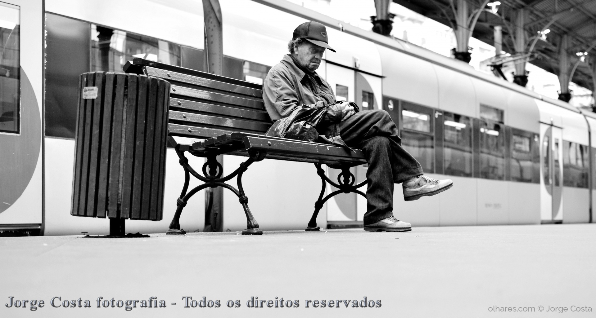 Gentes e Locais/Alone in train station...