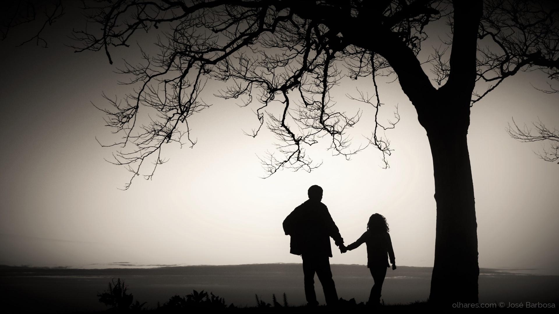Gentes e Locais/A menina Bárbara de mão dada com o avô .