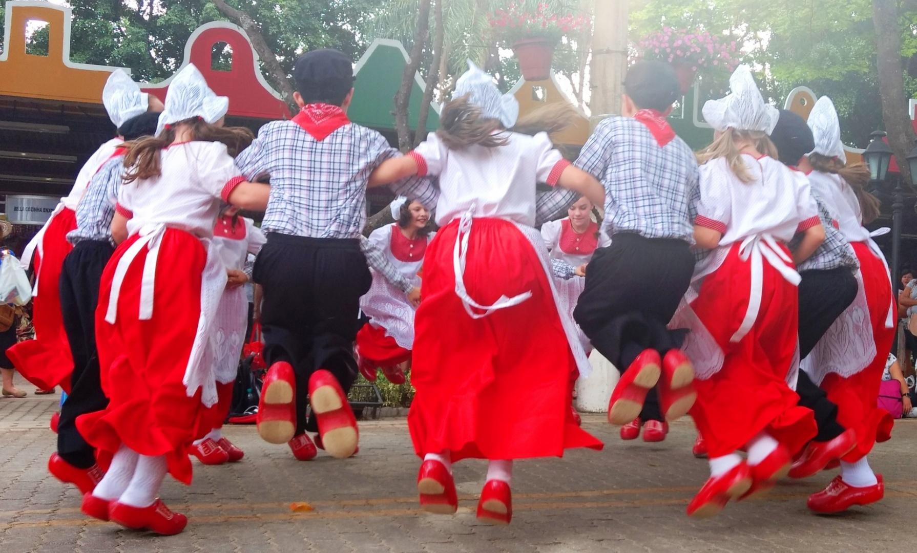 Gentes e Locais/Dança dos Tamancos. Festival das Flores. Holambra.