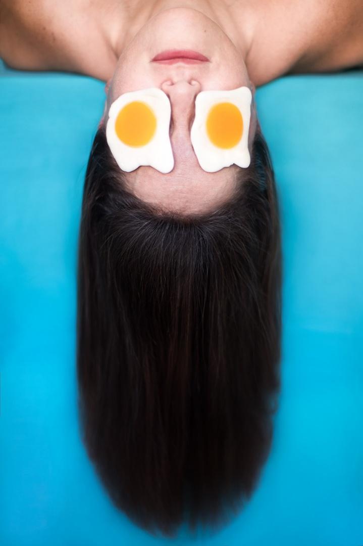 Retratos/ovos estrelados desafiando a gravidade