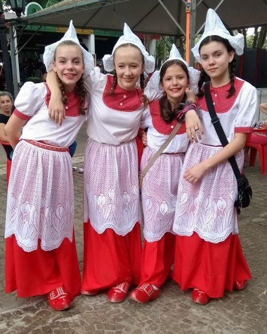 Gentes e Locais/Meninas da dança holandesa- Holambra.