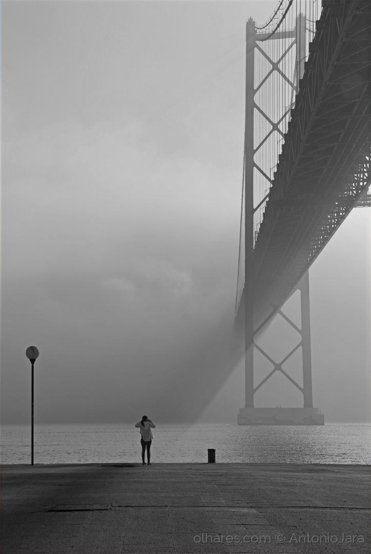 Gentes e Locais/Fotógrafos em dia de nevoeiro ( Lisboa )