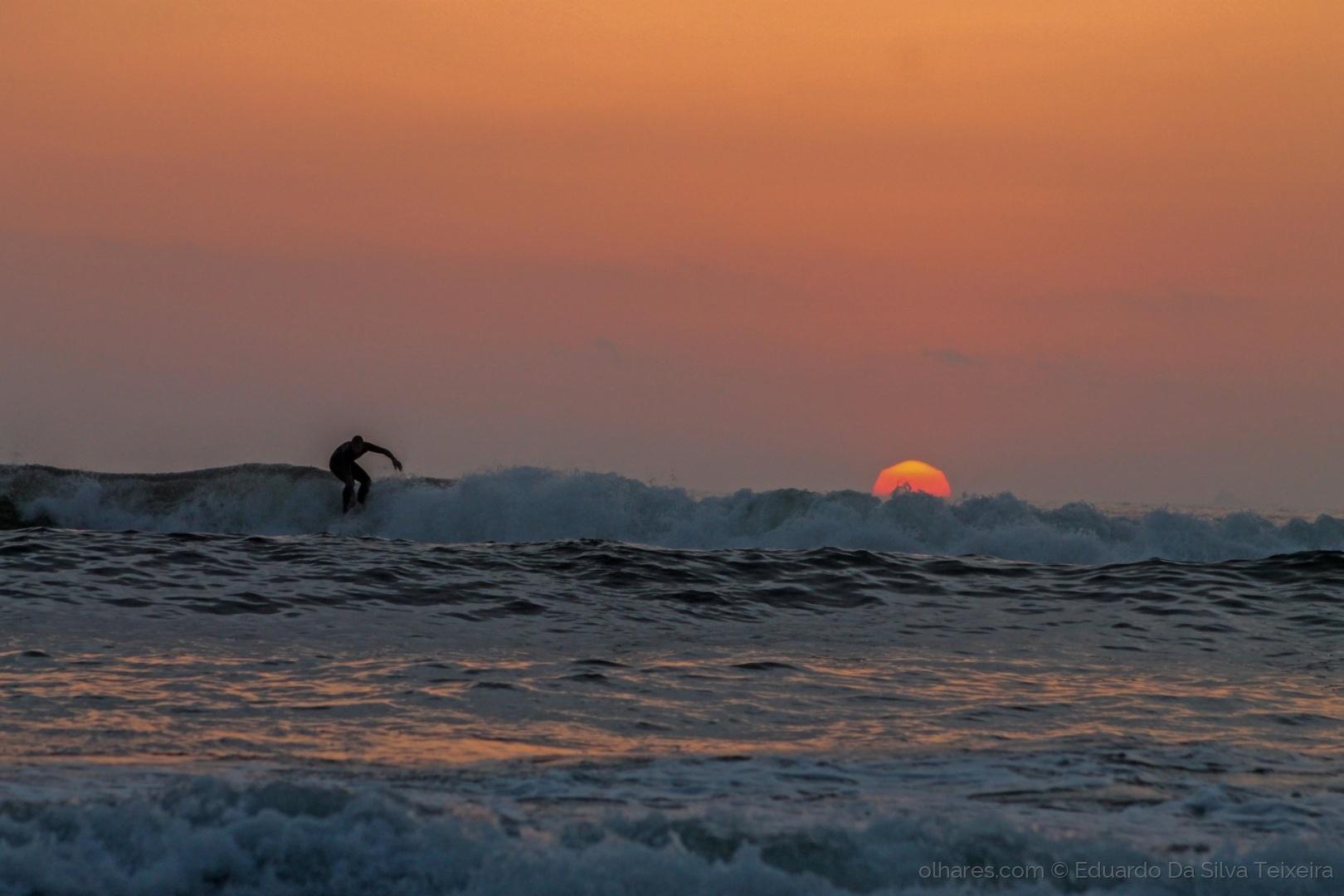Desporto e Ação/Surfando ao por do sol