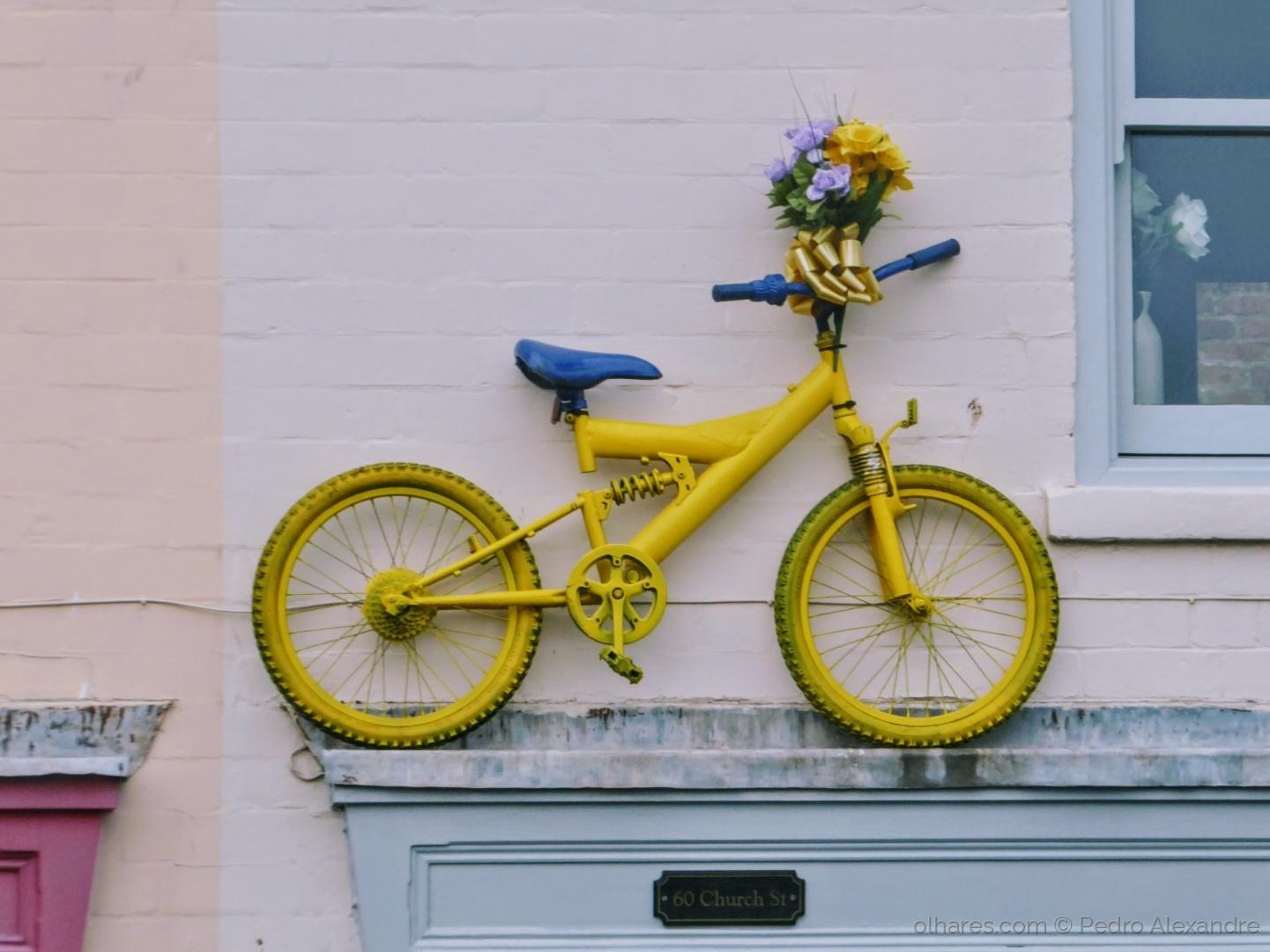 Gentes e Locais/Bicicleta amarela por cima da porta