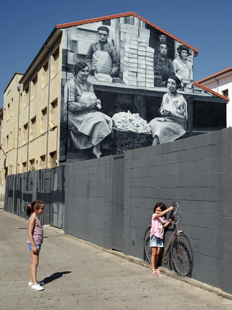 Retratos/meninas brincando com grafitti