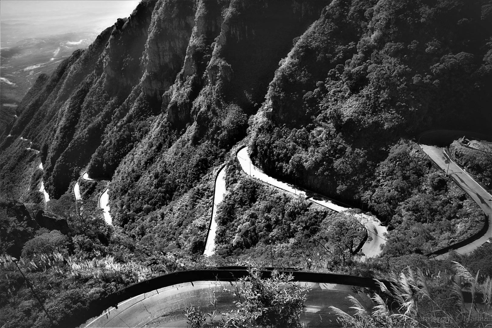Paisagem Natural/Estrada Sinuosa. Serpenteando as montanhas.