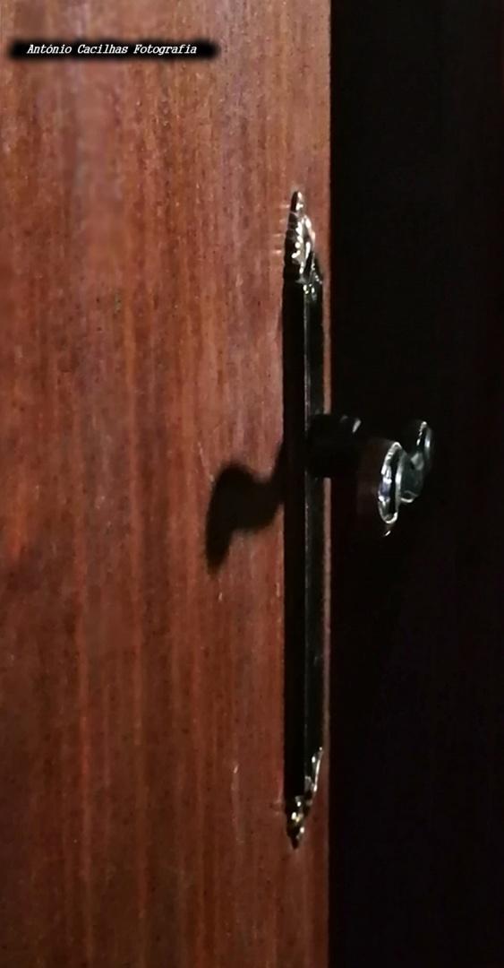 Abstrato/Porta Aberta para o Quarto escuro