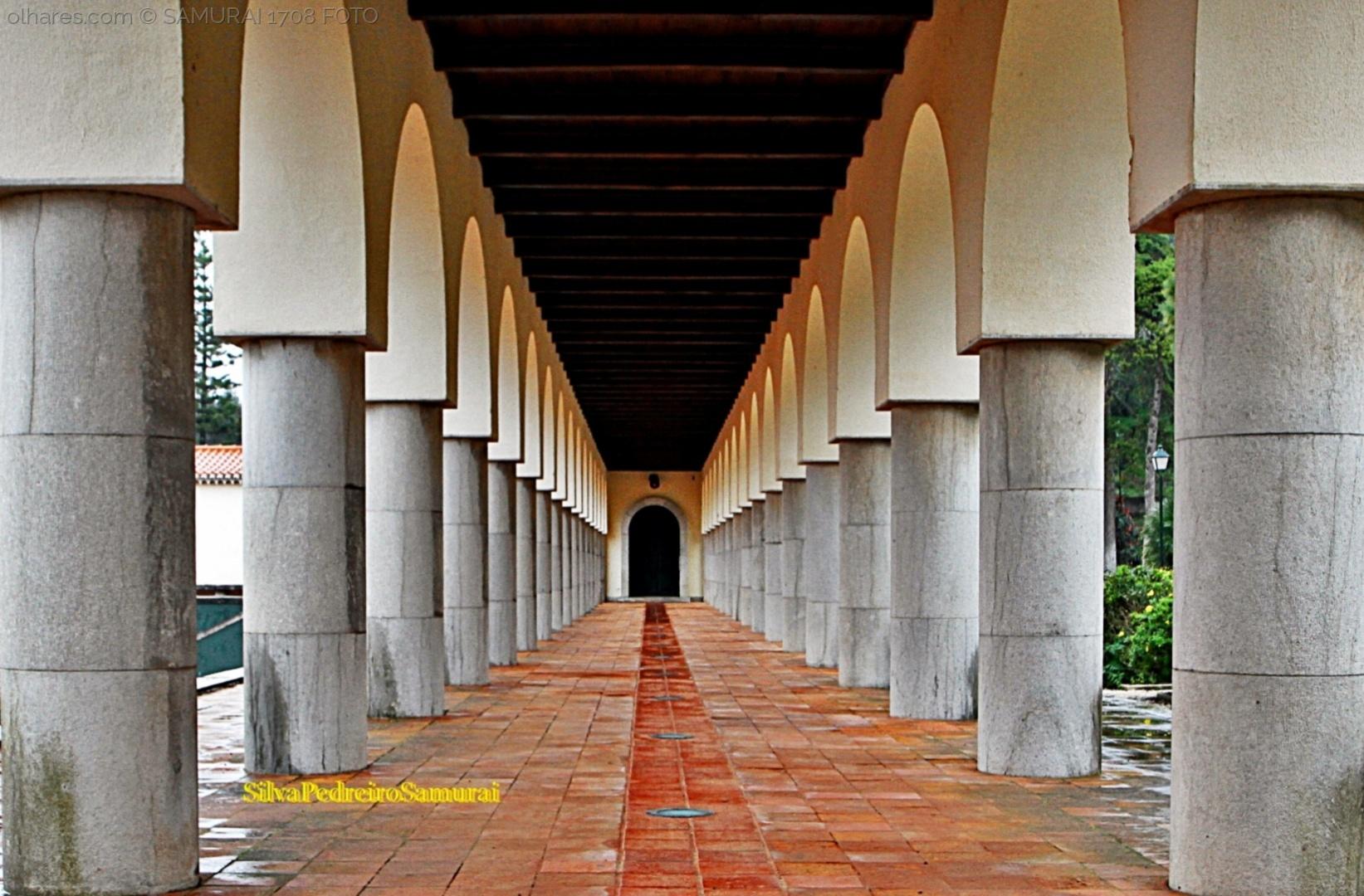 Arquitetura/AO  FUNDO  , PORTA FECHADA  !!!