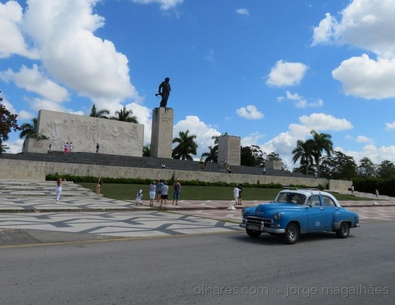 Gentes e Locais/Mausoléu do Che Guevara (ler)