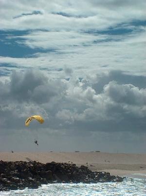/Voando sobre uma praia deserta