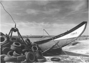 /Barco e Pneus na Ria de Aveiro