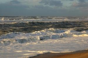 /A força do mar ao pôr do sol...