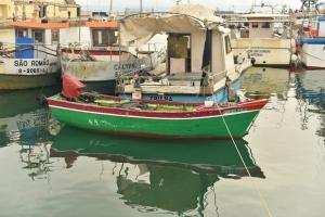 Gentes e Locais/Barco repousando em mar calmo