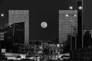 Paisagem Urbana/Ensaios a P&B #15 - O acordar da lua e o regresso