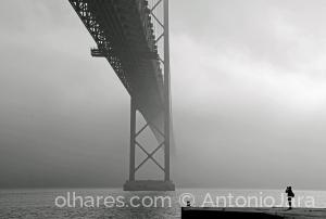 Fotografia de Rua/O FOTÓGRAFO, A PONTE E O NEVOEIRO