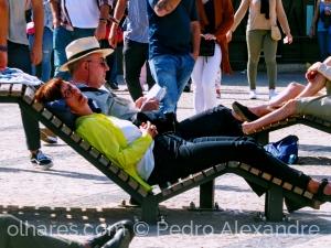 Fotografia de Rua/Uns dormem, outros leem