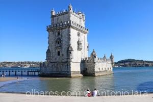 /Admirando a Torre de Belém