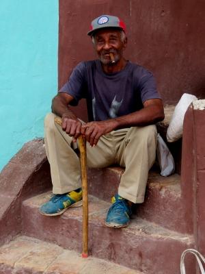 /Um puro cubano a fumar um puro habano (LER)