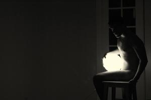 /nas mãos a luz ou a noite