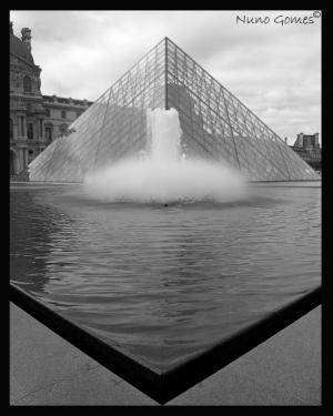 Gentes e Locais/Pyramides du Louvre...