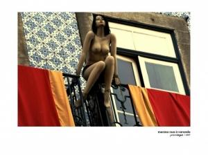 /Menina nua à varanda