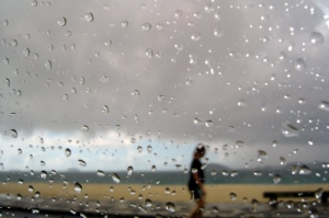 /mulher na chuva da praia