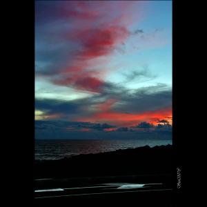 /Para além da noite, onde o céu encontra o mar..