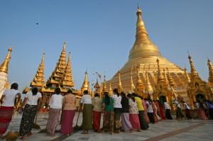 Gentes e Locais/Ganhando meritos em Myanmar
