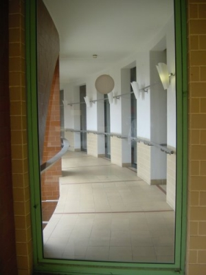 /Para lá da janela está o corredor