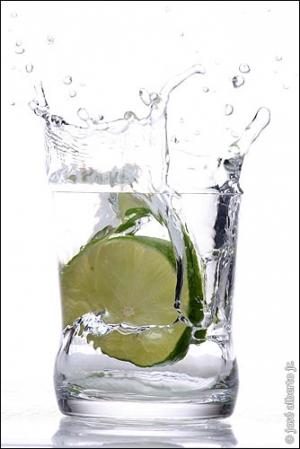 /Splash com limão no copo