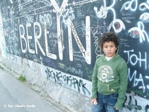 Fotojornalismo/Leon no antigo muro de Berlin, em Kreuzberg