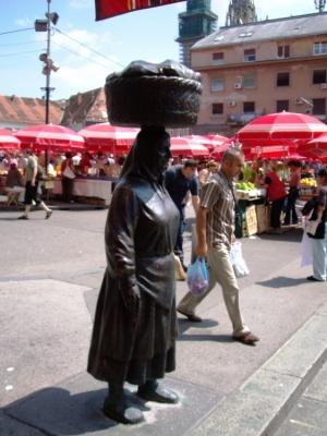 Gentes e Locais/Estátua