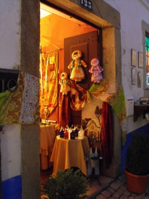 Paisagem Urbana/Dolls in an open door in Óbidos