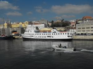 """Paisagem Urbana/""""Opera"""" boat in Lisbon"""